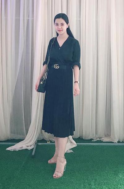 Thùy Phương chuộng váy, áo đơn sắc, ít hoạ tiết. Cô đầu tư nhiều phụ kiện hàng hiệu như thắt lưng, túi. Áo sơ mi cổ tim phối chân váy đen đồng màu, phối với sandal trong suốt tôn chiều cao của người đẹp.