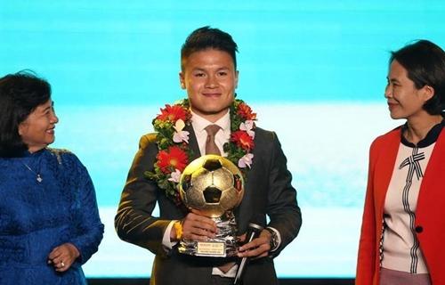 Quang Hải đeo đồng hồ Hublot giá 300 triệu đồng khi nhận giải Quả bóng vàng 2018.