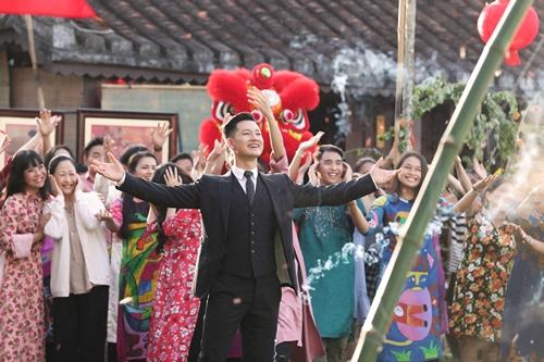 Đức Tuấn cùng các diễn viên Như Quỳnh, Ánh Tuyết (góc trái)... trong MV.