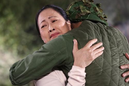 Như Quỳnh vào vai bà mẹ chờ con từ chiến trường trở về.