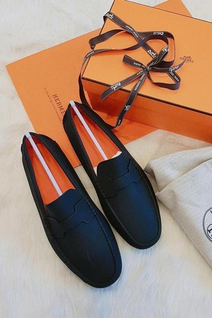 Món đắt nhất trong tủ giày của trung vệ Duy Mạnh là đôi Hermes Pacome Loafer, có giá hơn 19 triệu đồng, do bạn gái tặng. Anh cũng thường xuyên tặng người yêu những món quà đắt đỏ, trị giá vài chục triệu đồng.