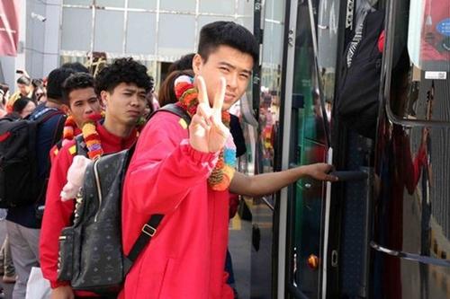 Duy Mạnh xách balo MCM giá gần 19 triệu đồng khi đến Tiểu vương quốc Ả Rập Thống nhất để tranh tài trong giải Asian Cup lần này. Anh là một trong những cầu thủ nổi tiếng trong làng bóng đá bởi sở thích chơi hàng hiệu.