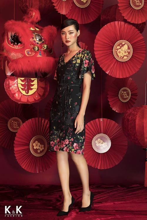 Đầm suông họa tiết thắt nơ eo KK79-20; giá: 420.000 đồng.