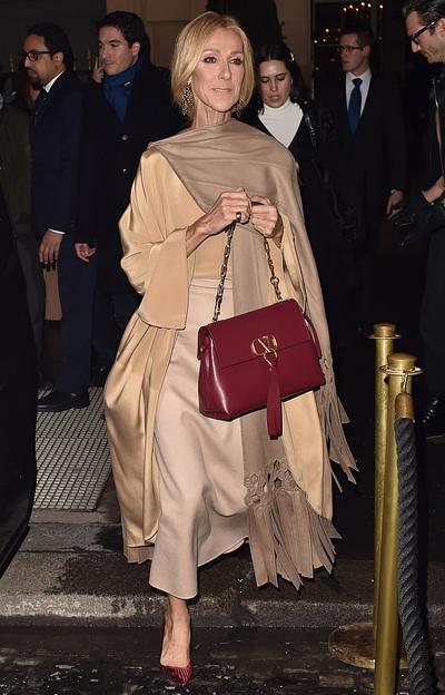 Celine Dion thu hút sự chú ý khi rời khách sạn De Crillon để tham dự đêm thời trang của Valentino trong khuôn khổ Tuần lễ thời trang Paris ngày 23/1.