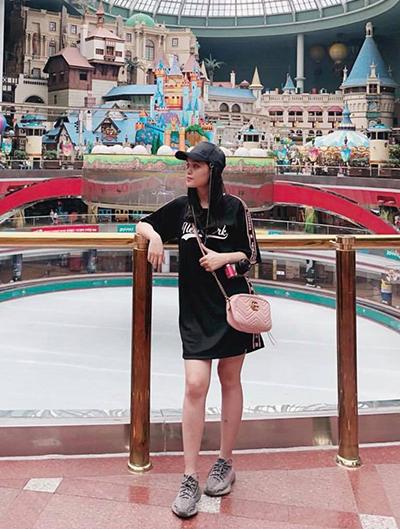Người đẹp sở hữu túi Gucci, kết hợp trang phục thể thao năng động trong một lần đi chơi.