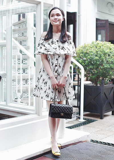 Sinh ra và lớn lên trong gia đình khá giả, Quỳnh Anh được bố mẹ bảo bọc và chiều chuộng. Trên trang cá nhân, cô thường khoe các món đồ hiệu do mẹ cô mua tặng.
