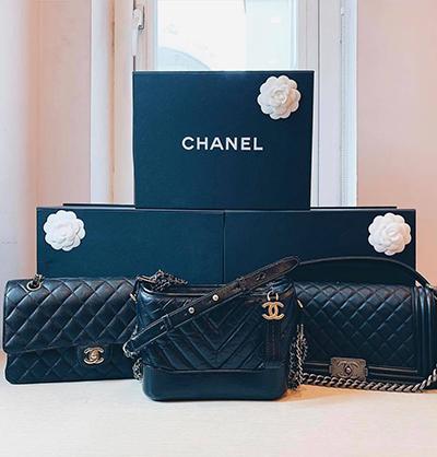 Cô sưu tập nhiều mẫu túi hot của Chanel trong đó có Chanel Boy (phải), túi hobo Gabrielle (giữa) vàtúi Chanel 2.55 kinh điển.