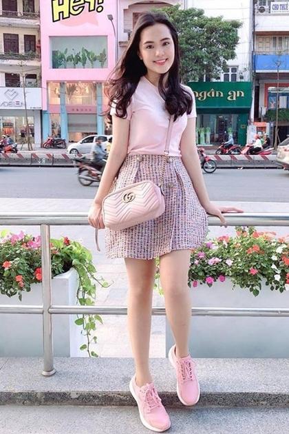 Là chủ cửa hàng thời trang, Quỳnh Anh thường diện trang phục do thương hiệu mình thiết kế, đa số có phong cách nhẹ nhàng, nữ tính.