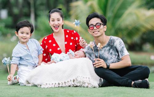 Vợ chồng Khánh Thi, Phan Hiển và con trai, con gái.