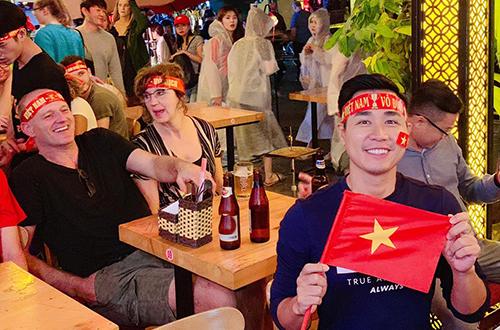 MC Nguyên Khang ra khu phố Bùi Viện hòa vào không khí sôi động với khách Tây.