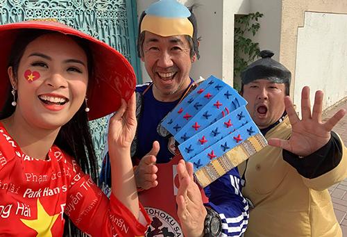 Người đẹp Việt Nam chụp hình kỷ niệm cùng cổ động viên Nhật Bản.
