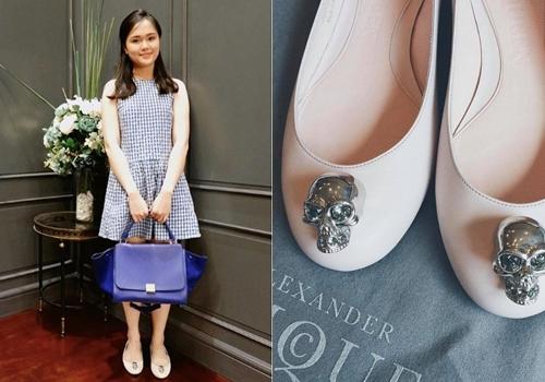 Sở hữu gu mặc nữ tính, Quỳnh Anh khá chuộng kiểu giày búp bê, trong đó có mẫu giày đính đầu lâu cá tính của Alexander McQueen.