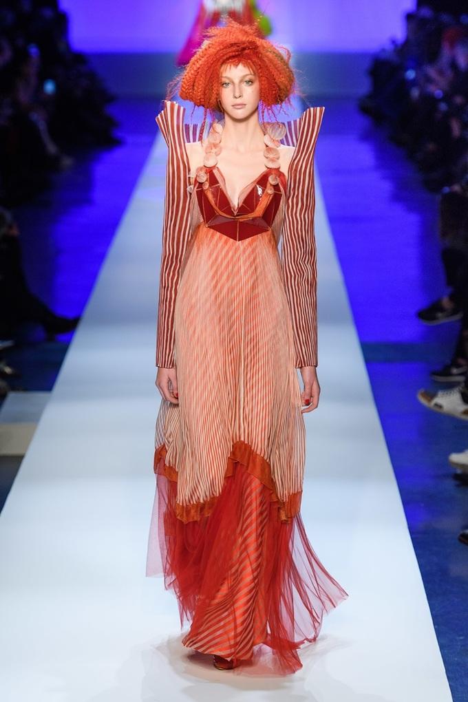 Vũ nữ thoát y trình diễn đầm xuyên thấu của Jean Paul Gaultier