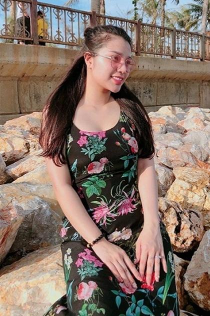 Nguyễn Khánh Linh và trung vệ Bùi Tiến Dũng công khai tình cảm vào hôm 2/10, đúng sinh nhật lần thứ 23 của cầu thủ. Cô sinh năm 1997, là cựu du học sinh Singapore.