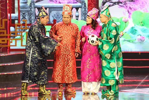 Từ trái sang: Táo Kinh tế (Quang Thắng), Táo Giáo dục (Chí Trung), Táo Xã hội (Vân Dung), Táo Giao thông (Tự Long).