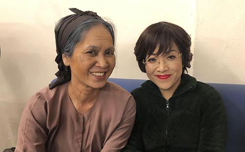 NSND Lan Hương (trái) và MC Thảo Vân trong hậu trường.