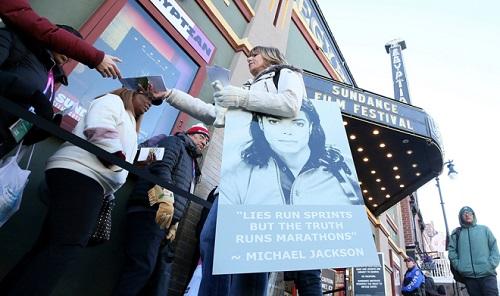 Mộtphụ nữ ủng hộ Michael Jackson trước buổi chiếu. Cômang ảnh ông cùngcâu Lies run sprints, but the truth runs marathons (Những lời nói dối nhanh được tiếp nhậnnhưng sự thật chiến thắng về lâu dài. Cốca sĩ nói câu này trước phiên tòa năm 2003 - cũng vềấu dâm.