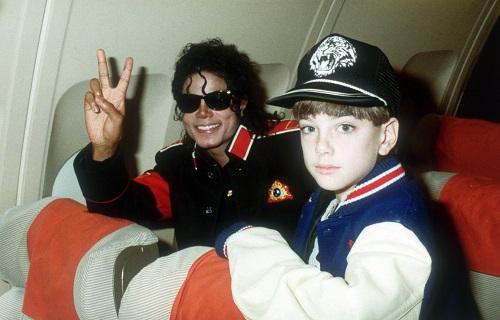 Michael Jackson và Jimmy Safechuck (năm 10 tuổi). Họ từng đóngmột quảng cáo Pepsi.