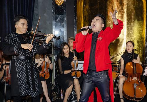 Là khách mời đặc biệt duy nhất để duo với Hoàng Rob, cả hai đã có màn diễn tấu ấn tượng và thăng hoa. Chọn hai ca khúc hit của Tùng Dương là Chiếc khăn Piêu và Mang Thai, Hoàng Rob đã chứng minh ngón đàn bản lĩnh đầy tính đương đại của mình khi ứng tấu cùng giọng hát biến báo của divo nhạc Việt.