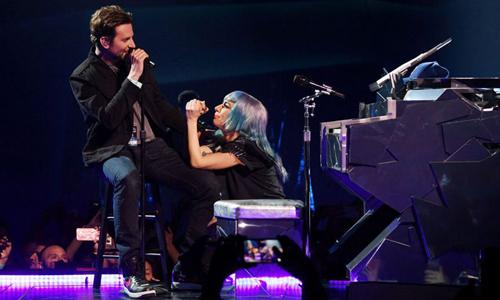 Bradley Cooper và Lady Gaga ở phần biểu diễn Shallow.