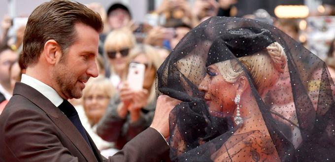 Lady Gaga và Bradley Cooper tình tứ trên phim lẫn đời thực
