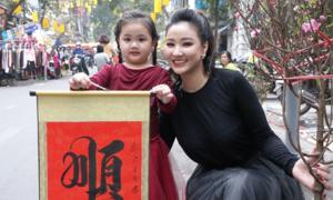 Mẹ con Maya dạo chợ Tết, xin chữ 'thuận' mong năm mới bình an