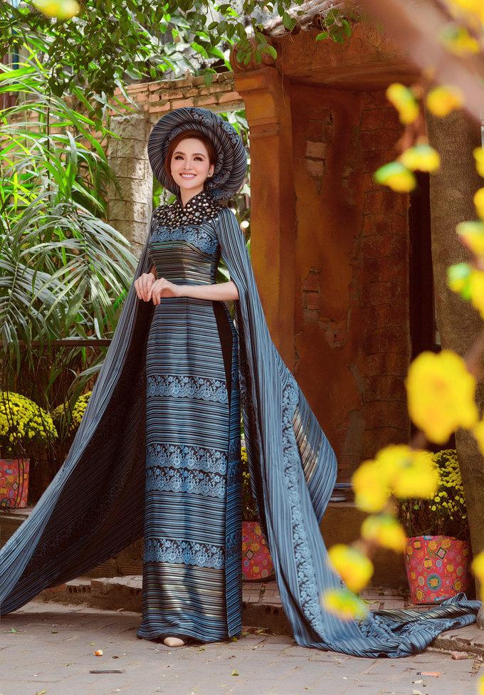 Hoa hậu Diễm Hương diện loạt áo dài gấm mùa xuân