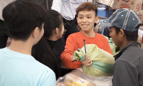 Quán quân Vietnam Idol nhí 2016 chi biết những người dân ở đây đềungười dân tộc Chăm, Khmer đi làm thuê và xa quê hương nhiều năm. Tết là dịp gia đình đoàn viên nhưng đã nhiều năm họ không về quê hương vì không đủ điều kiện.