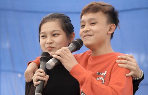 Ca sĩ Hồ Văn Cường và Tuyết Nhung đến xã Gia Kiệm huyện Thống Nhất, tỉnh Đồng Nai trao hơn 600 phần quà Tết cho các hộ gia đình và trẻ em có hoàn cảnh khó khăn.