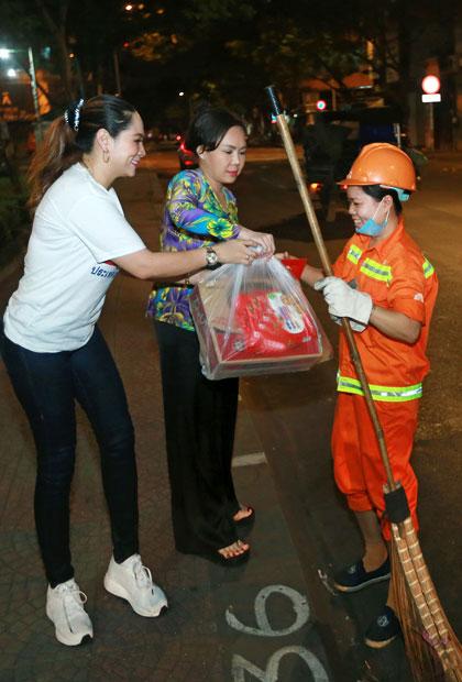 Việt Hương kể hễ gặp các cụ già, trẻ em lang thang cơ nhỡ,người lao côngdọn rác, chị đều dừng lạitrò chuyện, gửi quà và chúc mọi người năm mới bình an.