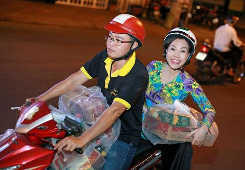 Việt Hương đi khắpnẻo đường Sài Gòngặp gỡ và tặng quà cho những ngườimưu sinh giữa đêm. Diễn viên tặng 40 triệu, 1.000 kg gạo, 400 hộp bánh, thùng mỳ,nước mắm, tương... do chịcùng các mạnh thường quân quyên góp.
