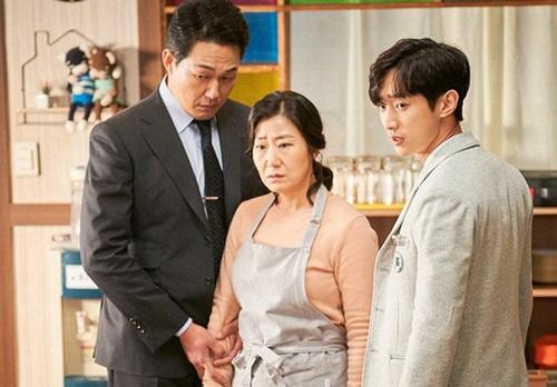 Diễn viên Ra Mi Ran (giữa) hóa thân người phụ nữ bỗng bị bạn học của con gái theo đuổi.