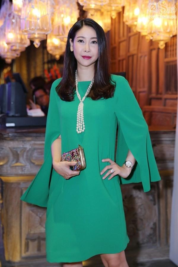 Hà Kiều Anh chuộng mặc đầm suông ở tuổi 43