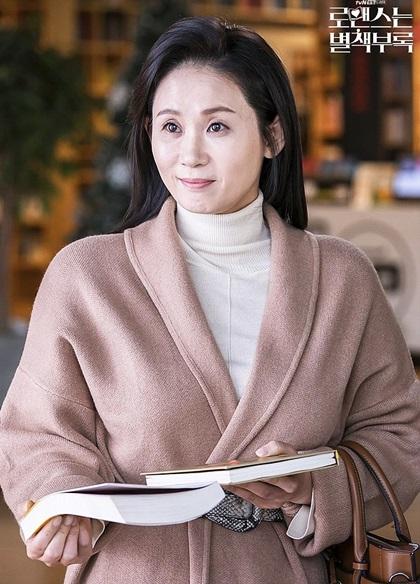 Phim còn có sự góp mặt của dàn diễn viên thực lực. Kim Sun Young đóng vai Seo Young Ah - bà mẹ đoảng hậu, vụng về.