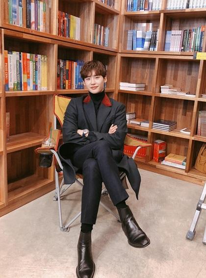 Jong Suk đăngảnh hậu trường tại thư viện sách - nơi nhà văn Cha Eun Ho làm việc - nhận hơn 1,3 triệu lượt thích và 16.600 bình luận.