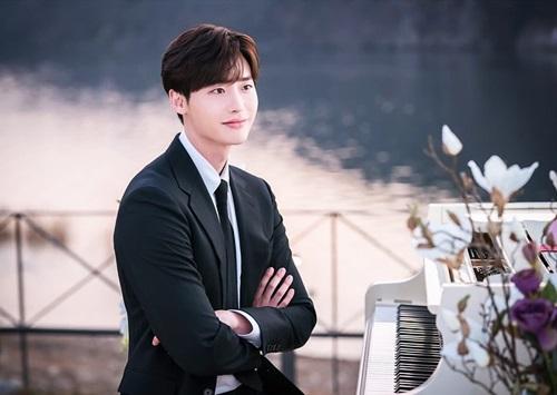 Phim hài lãng mạn Romance is a bonus book (tạm dịch Xuất bản tình yêu) do đài tvN sản xuất, gồm 16 tập, lên sóng tập một, hai vào hôm 26/1 và 27/1. Lee Jong Suk vào vai nhà vănkiêm biên tập chính của một công ty xuất bản -Cha Eun Ho - ngôi sao thần tượng tronggiới văn học. Đây là tác phẩm cuối cùng của diễn viên trước khi anh nhập ngũ vào tháng hai.