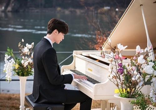 Hôm 31/1, trên trang cá nhân, tài tử chia sẻloạt ảnh chơi dương cầm bên hồ, xung quanh là hoa nhiều màu sắc. Phân cảnh này xuất hiện trong tập đầu, anh đệm đàn cho đám cưới của nữ chính - người sau này sẽ li dị và nên duyên với nhân vật của anh.