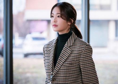 Kim Yoo Mi đóngGo Yoo Sun - lạnh lùng, ít nói và cuồng công việc.