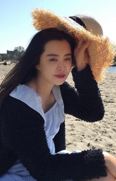 Những năm qua, Vương Tổ Hiền vướng tin đồn hẹn hò trai trẻ, phẫu thuật thẩm mỹ song cô không phản hồi. Tôi không còn bận tâm những lời đồn. Các fan cũng không nên tức giận, đòi công bằng cho tôi vì những điều đó, cô nói.