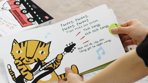 Tiếng đàn ghi-ta sẽ cất lên chỉ sau một lần chạm lên nút bấm âm thanh.
