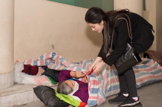 Huyền My tặng quà Tết cho người vô gia cư