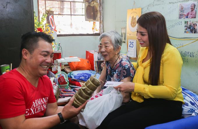 Lý Hương trao quà Tết, Phi Hùng nấu bún mắm cho nghệ sĩ già