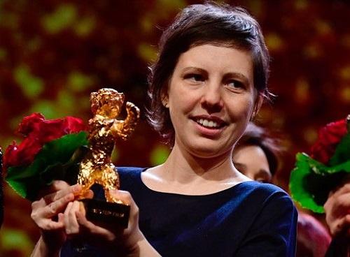 Đạo diễn Adina nhận giải thưởng.