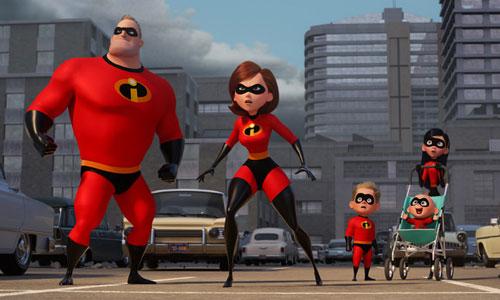 Ở đầu phim, gia đình siêu nhân có cảnh hành động hài hước khi vừa đánh nhau với kẻ xấu vừa thay nhau chăm con.