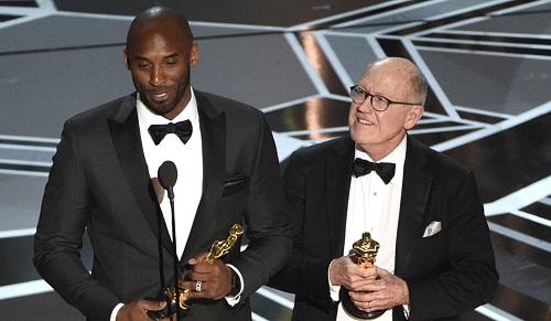 Kobe Bryant vàGlen Keane - đạo diễn Dear Basketball - nhận giải Oscar. Ảnh: AP.