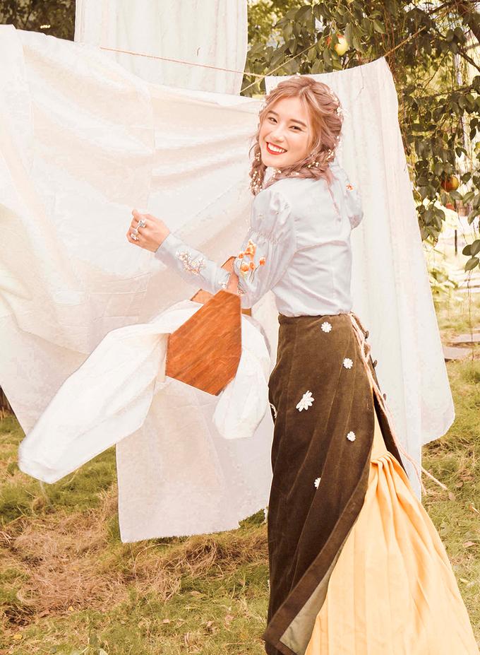 Hoàng Yến Chibi ôm heo chụp ảnh kỷ niệm năm tuổi