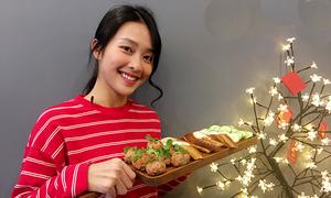 Khả Ngân nấu món bánh mì xíu mại đãi khách dịp Tết