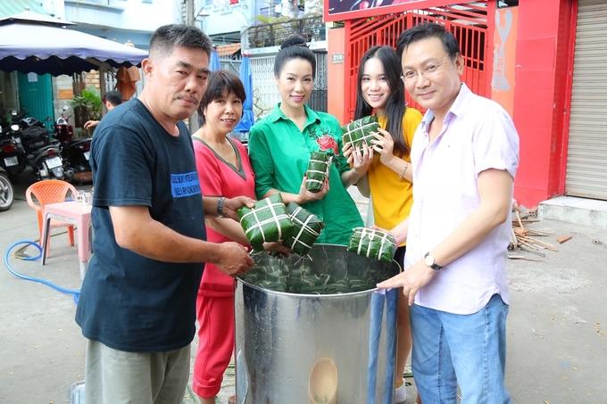 Á hậu Trịnh Kim Chi cùng chồng doanh nhân gói bánh chưng