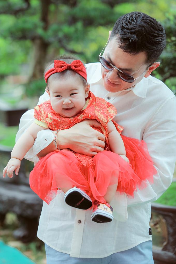 Thanh Thảo cùng chồng, con gái dạo chợ hoa xuân