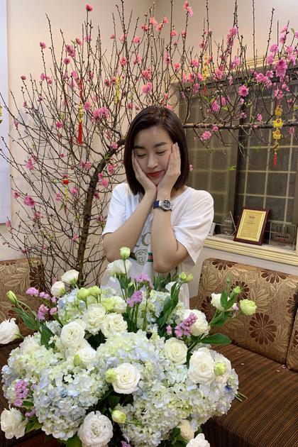 Hoa hậu Mỹ Linh khoe thành quả cắm hoa của cô.